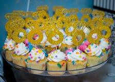 Petits gâteaux et appui verticaux nuptiales de douche image libre de droits