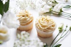 Petits gâteaux et fleurs Image libre de droits