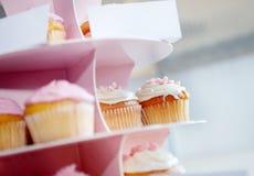 Petits gâteaux et petits pains Les bonbons pour des célébrations se tiennent tout préparés Photographie stock libre de droits