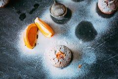 Petits gâteaux faits maison avec des oranges Photo stock