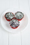 Petits gâteaux faits maison avec le lustre et la noix de coco de chocolat Photos libres de droits