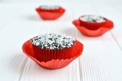Petits gâteaux faits maison avec le lustre et la noix de coco de chocolat Images stock