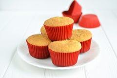 Petits gâteaux faits maison dans un plat blanc Photo libre de droits