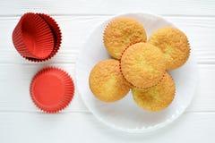 Petits gâteaux faits maison dans un plat blanc Photo stock