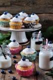Petits gâteaux faits maison de myrtille avec un pot de lait sur un fond en bois, style rustique Images libres de droits
