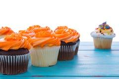 Petits gâteaux fraîchement cuits au four avec le glaçage décoratif Photo stock