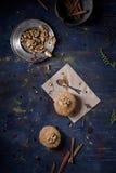 Petits gâteaux fraîchement cuits au four de noix et de cannelle sur la table image libre de droits