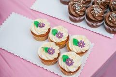 Petits gâteaux fraîchement cuits au four de vanille avec de la crème de beurre, vue supérieure Dessert pour les vacances image libre de droits