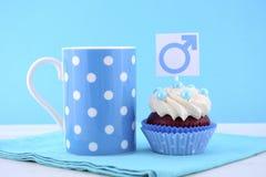 Petits gâteaux internationaux du jour d'hommes avec les symboles masculins Photos libres de droits