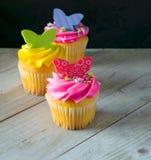 Petits gâteaux lumineux de ressort de couleur avec des papillons Image stock