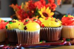 Petits gâteaux oranges et jaunes de thanksgiving Image libre de droits