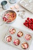 Petits gâteaux ou petits pains de framboise de cuisson Photographie stock libre de droits