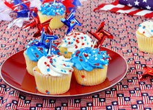Petits gâteaux patriotiques avec les décorations rouges, blanches et bleues Image libre de droits
