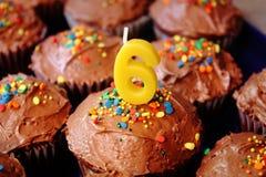 Petits gâteaux pour le 6ème anniversaire Photos stock