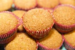 Petits gâteaux roses de fond sous forme de Photo stock