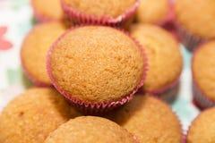 Petits gâteaux roses de fond sous forme de Photo libre de droits