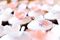 Petits gâteaux roses de massepain Photos stock