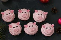 Petits gâteaux roses de porc - les petits gâteaux faits maison décorés de la crème et de la guimauve de protéine ont formé les pi image stock