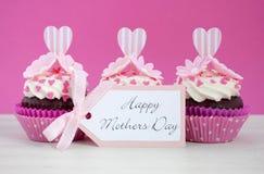 Petits gâteaux roses et blancs de jour de mères heureux Photos libres de droits