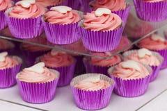 Petits gâteaux roses sur le support Photographie stock libre de droits
