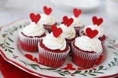 Petits gâteaux rouges de velours photo stock