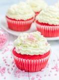 Petits gâteaux rouges de velours avec le givrage de fromage de ricotta photos libres de droits