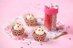 Petits gâteaux rouges de velours avec le givrage de fromage fondu Photos stock