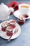 Petits gâteaux rouges de velours pour le jour de valentines image stock