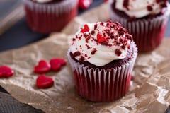 Petits gâteaux rouges de velours pour le jour de valentines photos stock