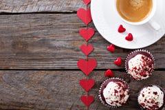 Petits gâteaux rouges de velours pour le jour de valentines Photo stock