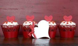 Petits gâteaux rouges heureux de velours de Valentine Photos libres de droits