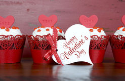 Petits gâteaux rouges heureux de velours de Valentine Photographie stock