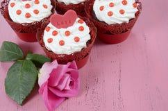 Petits gâteaux rouges heureux de velours de Valentine Images stock