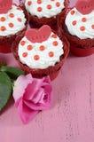 Petits gâteaux rouges heureux de velours de Valentine Photographie stock libre de droits
