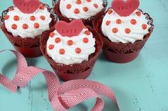 Petits gâteaux rouges heureux de velours de Valentine Photo libre de droits