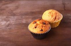 Petits gâteaux savoureux de chocolat, petits pains sur une table en bois blanche Photos libres de droits
