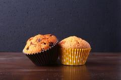 Petits gâteaux savoureux de chocolat, petits pains sur une table en bois blanche Photo stock