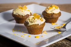 Petits gâteaux savoureux de gingembre avec le givrage de fromage fondu Photographie stock