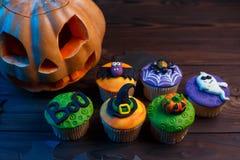 Petits gâteaux savoureux de Halloween réglés avec les décorations colorées : potiron, Photographie stock