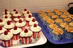 Petits gâteaux sur des plateaux images stock