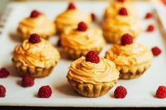 Petits gâteaux sur la table en bois Petits pains décorés faits maison sur l'étiquette Photo stock