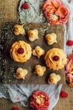 Petits gâteaux sur la table en bois Petits pains décorés faits maison sur l'étiquette Photo libre de droits