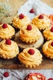 Petits gâteaux sur la table en bois Petits pains décorés faits maison sur l'étiquette Image stock