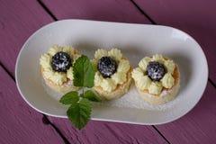 Petits gâteaux sur la table en bois rose photo stock