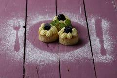 Petits gâteaux sur la table en bois rose photographie stock libre de droits