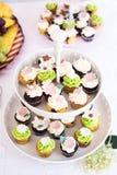 Petits gâteaux sur le support Image stock