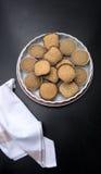 Petits gâteaux sur une pierre noire dans la cuisine Photographie stock
