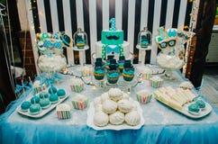 Petits gâteaux sur une table de fête pour un enfant Photographie stock