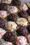 Petits gâteaux variés et décorés photos stock