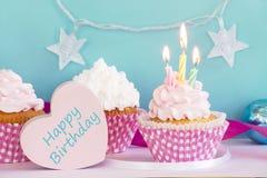 Petits g?teaux d'anniversaire images stock